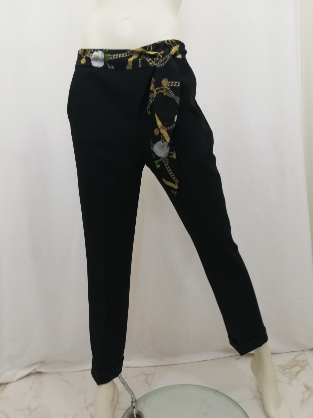 919c60511e Capri pants with turn-ups. Zipper to the side and cross-patterned belt. Liu  Jo