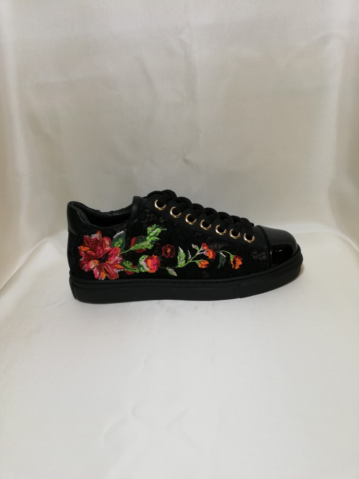 newest 04e0e e277a Running leather, lace and embroidery flowers. twin set